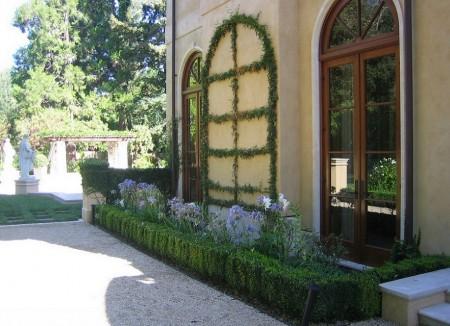 Poze Gradina de flori - Arta in gradina: fereastra cu tamplaria din... plante agatatoare
