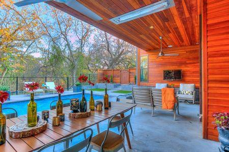 Poze Terasa - O superba amenajare exterioara cuprinzand piscina si o terasa moderna din lemn