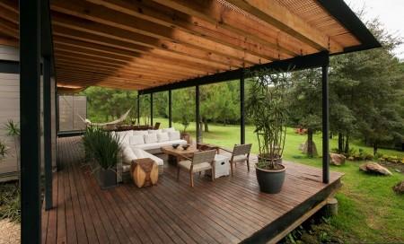 Poze Terasa - Terasa moderna din lemn acoperita cu o rogojina din stuf