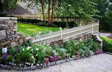 Poze Garduri si porti - Gard din piatra si lemn dublat cu flori multicolore