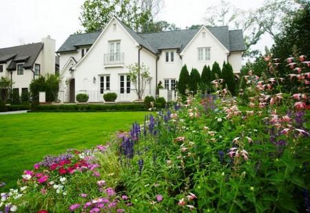 Poze Gradina de flori - Peluza si flori multicolore