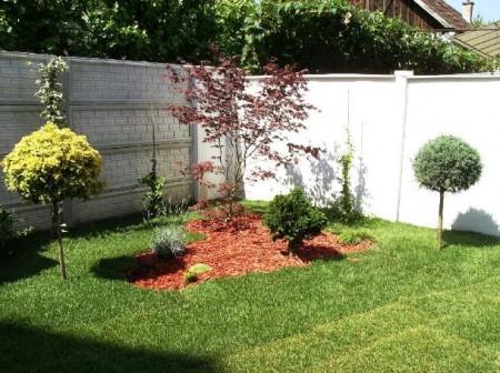 Poze Gradina de flori - Decor de gradina cu gazon, scoarta de copac, plante, arbusti