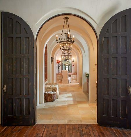 Poze Intrare si hol - O usa gandita pentru a pune in valoare superbele bolti