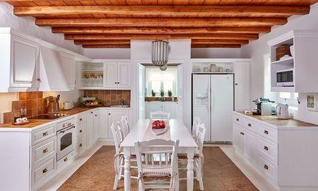 Poze Bucatarie - Balans perfect in bucatarie intre albul peretilor si mobilierului si culoarea lemnului