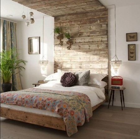 Poze Dormitor - Pat rustic si panou decorativ din scanduri antichizate