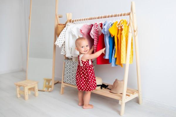 5 articole vestimentare de baza din garderoba copilului tau