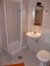 O baie mica dar cocheta si functionala for Really small bathroom remodel ideas