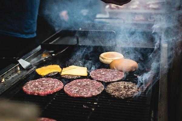 Cum sa faci burgeri deliciosi la grill, chiar in gradina casei tale?