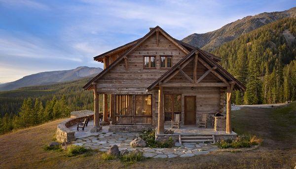 Cabana din piatra si lemn masiv, cu peisaje si interioare fermecatoare
