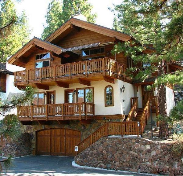 Balustrada din lemn a balcoanelor si a scarii incanta privirea