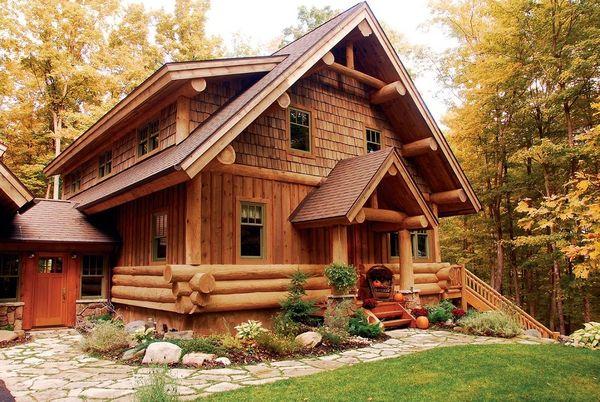 Casa din busteni construita in mijlocul padurii