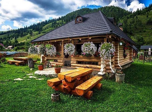 Cabana din lemn masiv si amenajari exterioare rustice