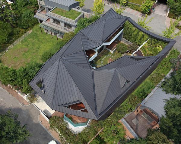 Casa cu o curte interioara deosebita, intima si plina de verdeata