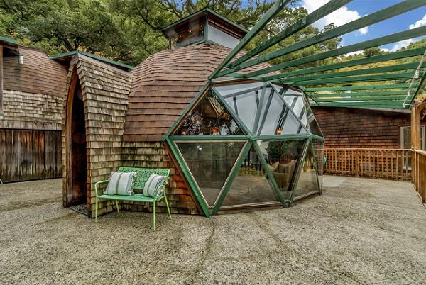 Casa familiala formata din 3 domuri geodezice. O constructie eficienta si confortabila