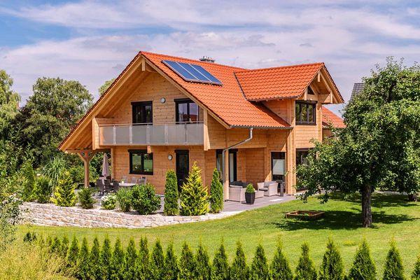 Casa ecologica din lemn cu mansarda si interioare moderne - proiect si imagini
