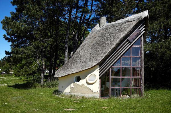 Casa ecologica solara cu acoperis din paie si pereti din lut