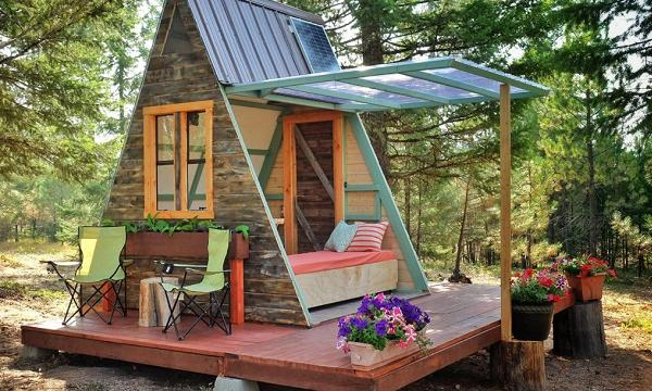Casa de vacanta din lemn, mica si ieftina, in forma de A, construita cu 700 de dolari