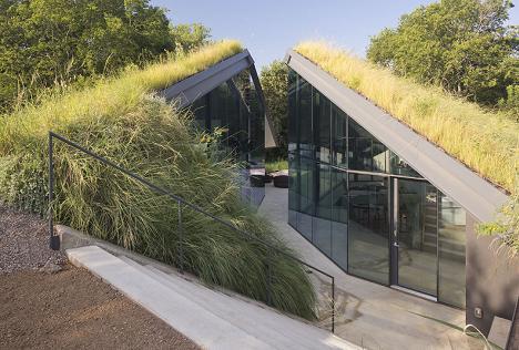 Ecologie si modernism: casa semiingropata cu pereti din sticla
