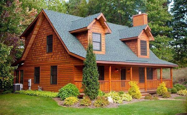 casa din lemn cu prispa