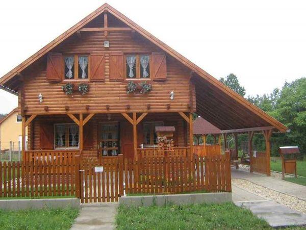 Case din lemn cu aplecatoare. O varianta ieftina de garaj sau terasa acoperita