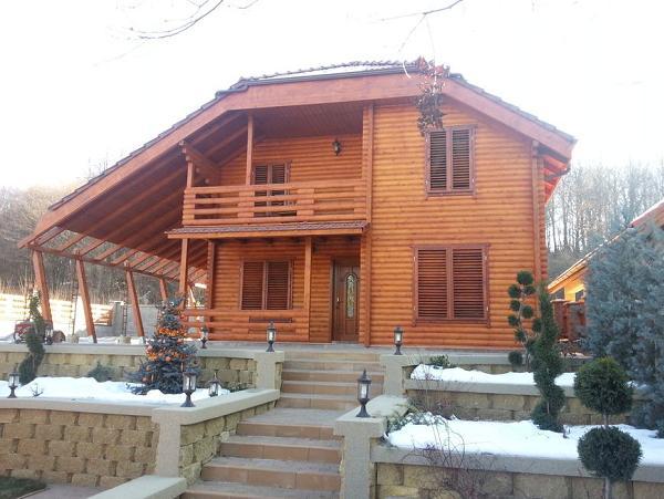 Casa din lemn cu aplecatoare de dimensiuni generoase