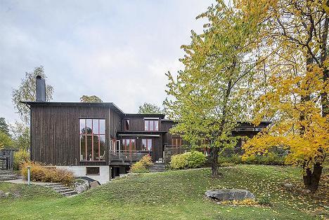 In armonie cu natura: casa din lemn de pin cu interioare luminoase