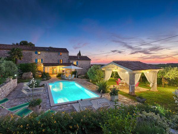 O casa mediteraneana plina de culoare - imagini interior si exterior