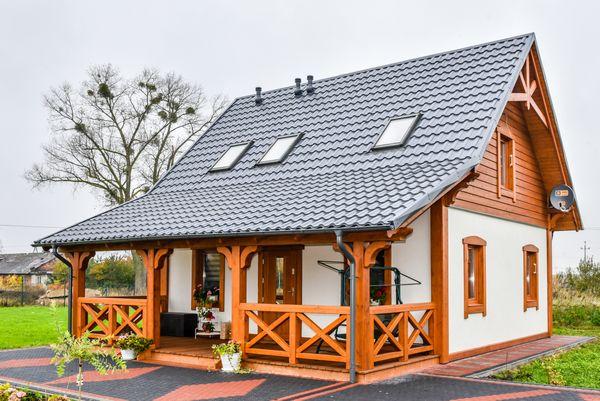 Casa mica cu 2 dormitoare, terasa acoperita si fatade decorate cu lemn - imagini si proiect