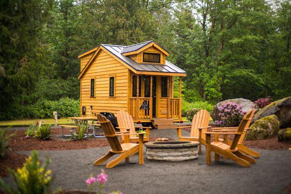 5 case mici din lemn, pe roti, intr-un minunat sat de vacanta