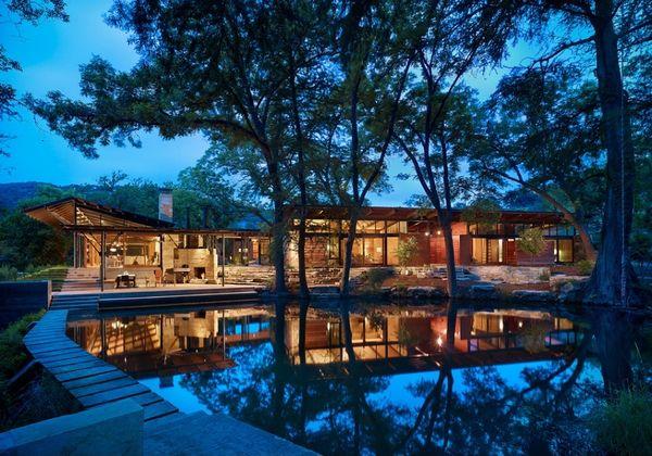 Casa moderna construita de o familie cu doi copii pe malul apei, in padure - proiect si imagini