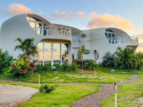 Arhitectura organica la o casa duplex moderna construita pe malul marii