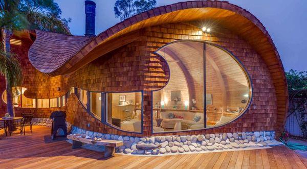o casa moderna cu forme uimitoare si finisaje naturale