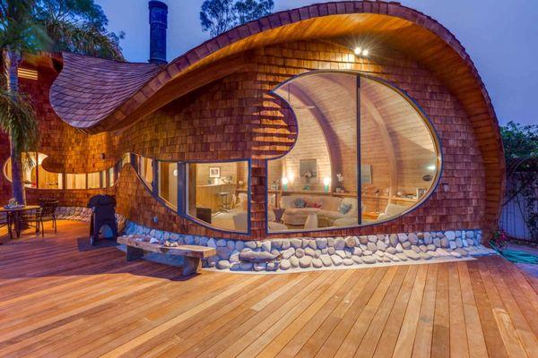 O casa moderna cu forme uimitoare si finisaje naturale - imagini interior si exterior