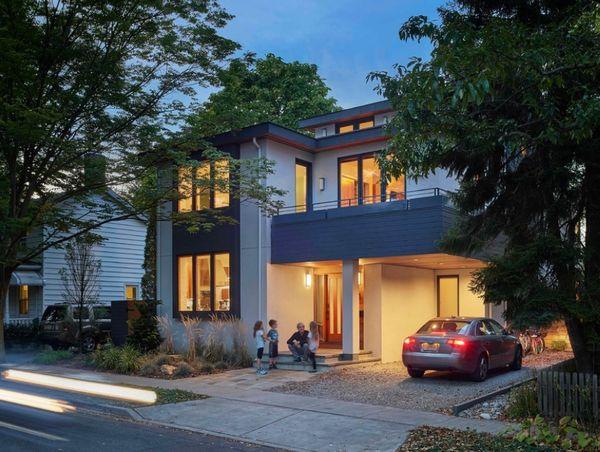 Casa moderna luminoasa in care cartile sunt la ele acasa - imagini interior si exterior