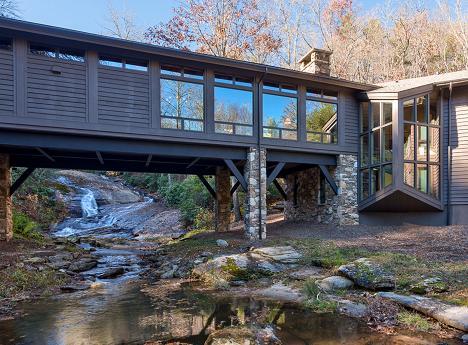 Casa din padure: un pod peste parau - galerie foto