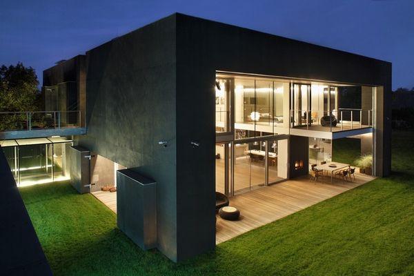 Cea mai sigura casa: fortareata noaptea, fatade spectaculoase ziua