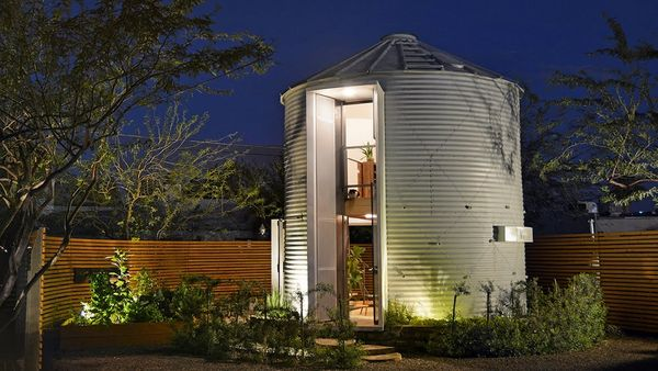 Casa moderna si confortabila pentru 2 persoane intr-un vechi siloz de cereale - foto si video