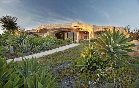 In armonie cu natura: casa ce pare sapata in stanca - galerie foto