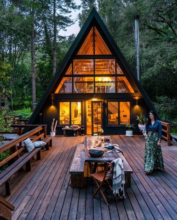 Interioare luminoase intr-o casa de vacanta din lemn construita in forma de A