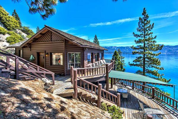 Casa de vacanta din lemn construita pe malul lacului - imagini interior si exterior