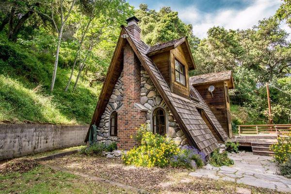 Casa de vacanta din lemn si piatra construita in forma de A - imagini interior si exterior