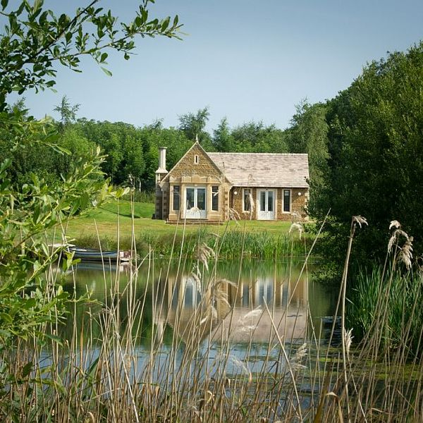 O casa de vacanta surprinzatoare construita pe malul lacului
