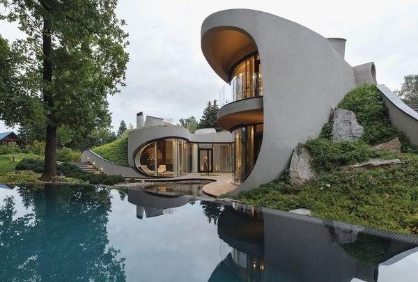 Arhitectura viitorului intr-o casa cu forme organice integrata in natura