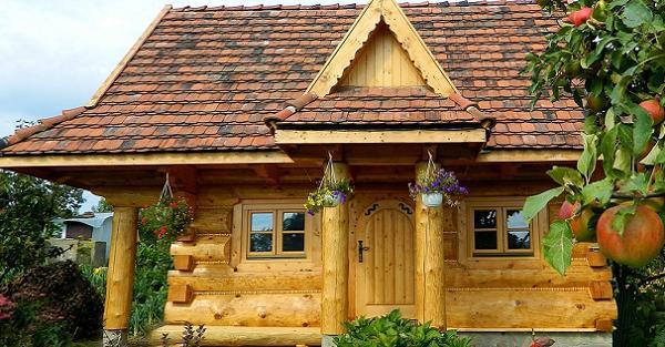 4 modele de case mici si frumoase din lemn rotund cu dormitoare la mansarda - proiecte si imagini