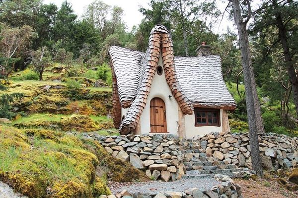 Cele mai frumoase case desprinse parca din povestile copilariei
