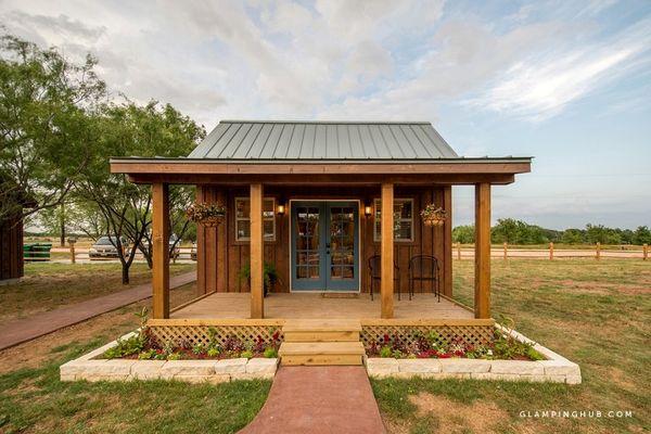 Casuta de vacanta din lemn cu o terasa acoperita