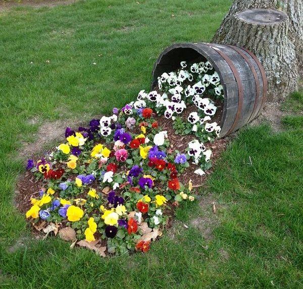 Ghiveci rasturnat cu flori curgatoare - o idee spectaculoasa de decorare a gradinii