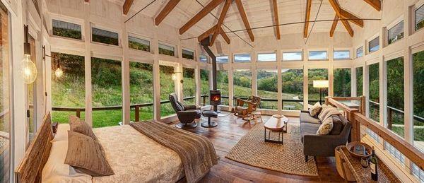 Dormitor casa lemn si sticla