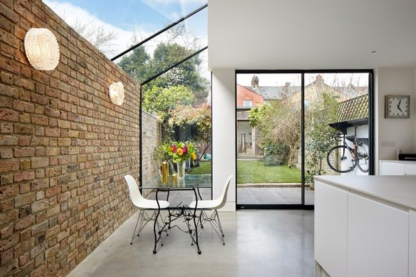Extensie moderna din sticla la o casa veche din caramida. Un proiect inedit.