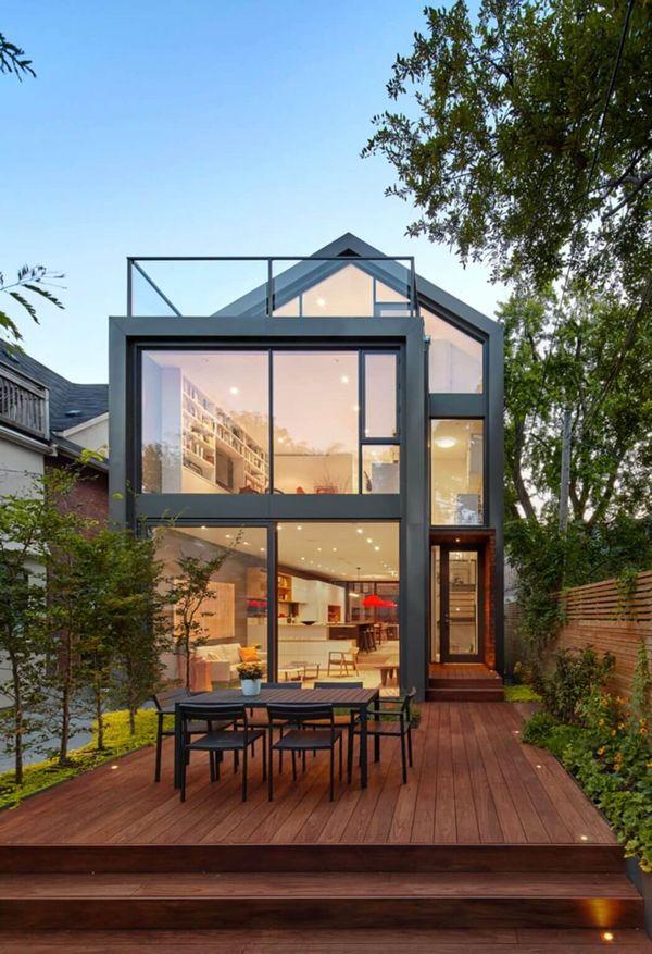 Casa verde moderna conectata la natura si construita pe un teren ingust